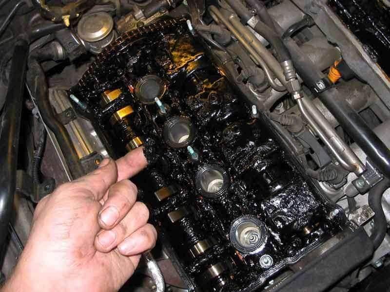 Следы сладжа внутри моторного отсека
