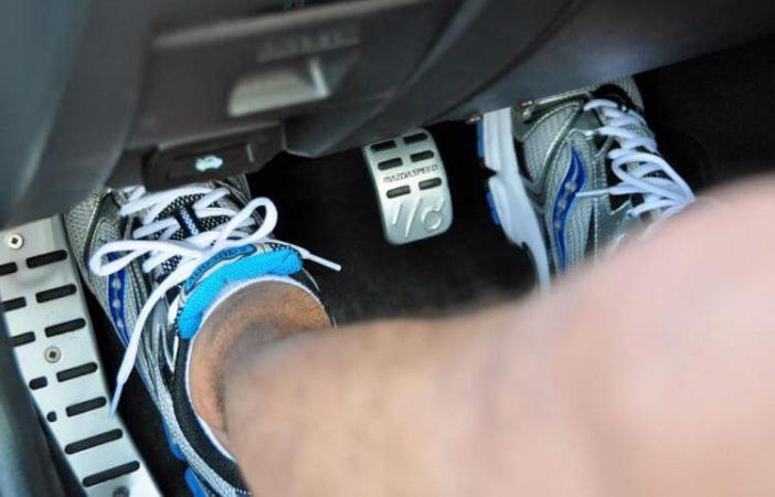 Зачем нажимать газ и тормоз одновременно?