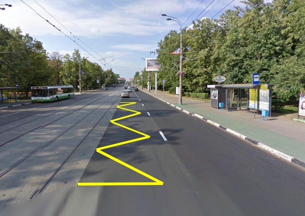 Зигзагообразная желтая разметка для остановки трамвая на проезжей части