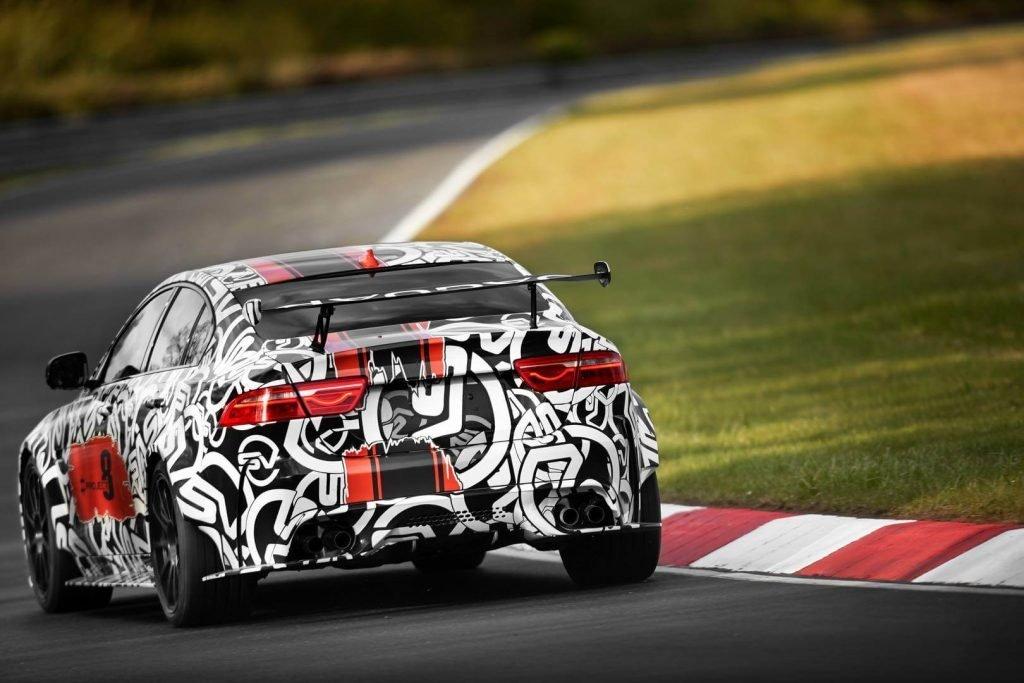 Броский графический дизайн подчеркивает спортивный характер автомобиля