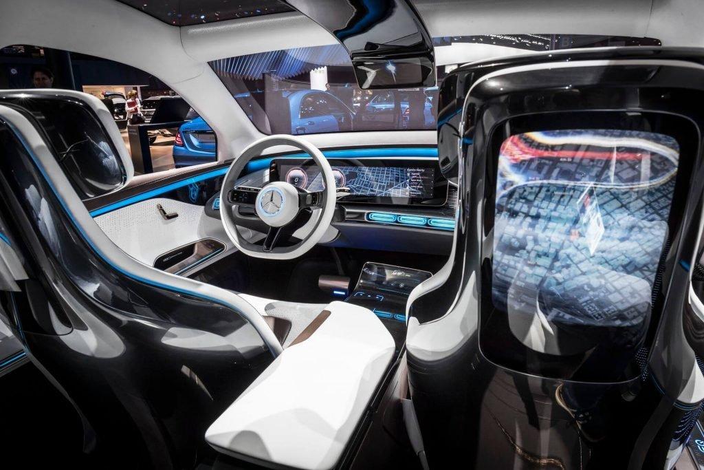 Салон оснастят сенсорной панелью в 21 дюйм спереди, а также множество других LCD экранов по всей конструкции электрокара