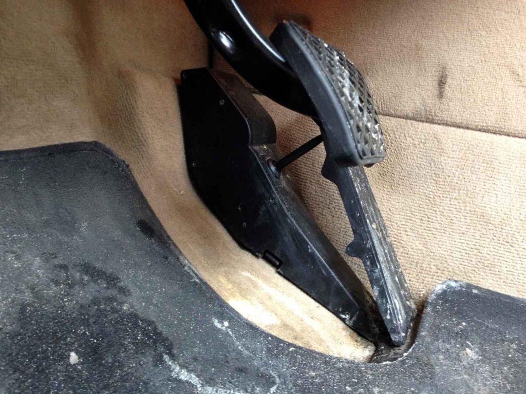 Переключатель режима кикдаун находиться под педалью газа(BMW E39)