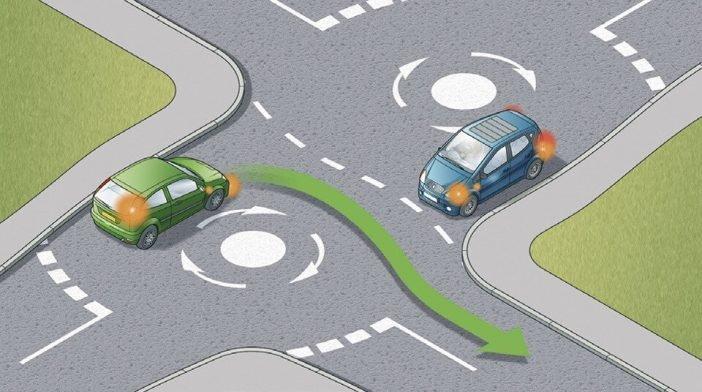Только при повороте зеленого автомобиля - тот стал помехой справа