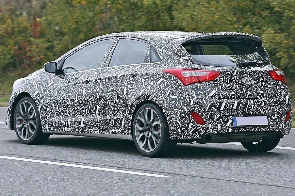 Фото серийной версии Hyundai i30 в камуфляжной пленке
