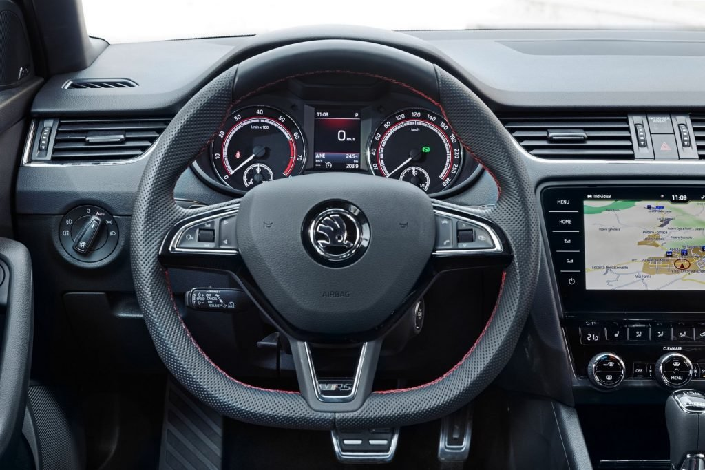 """Рулевое колесо с подогревом, а также новое оформление с приборной панели """"перешли в наследство"""" от базовой версии Skoda Octavia RS 245."""