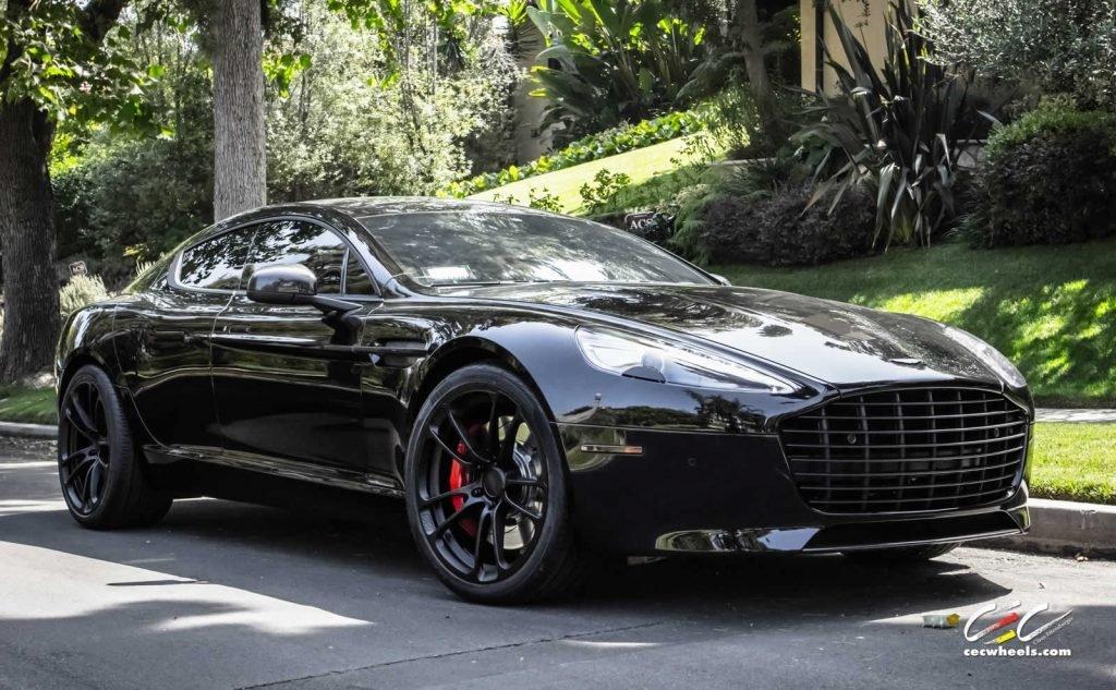 Модель Aston Martin RapidE 2019 внешностью будет напоминать последние новинки компании, в том числе DBX модель.