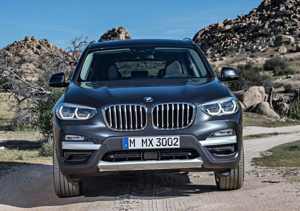 Новый BMW X3 получил видоизмененную переднюю светодиодную оптику нового поколения, а противотуманки поместил в новый блок.
