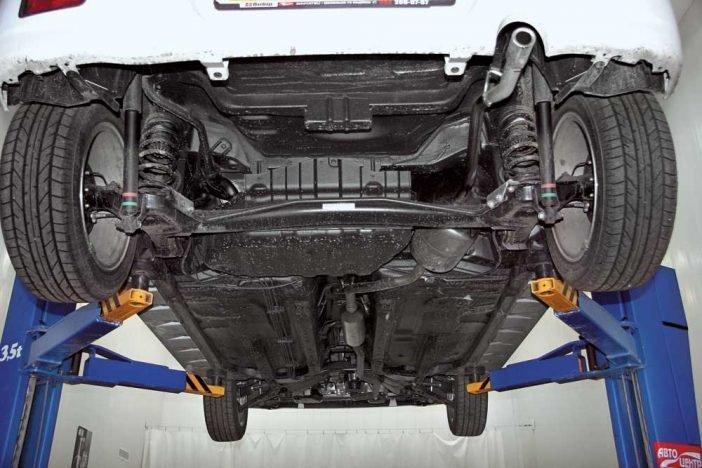 Антикоррозийная обработка днища автомобиля может проводиться как в специализированных салонах, так и своими руками.