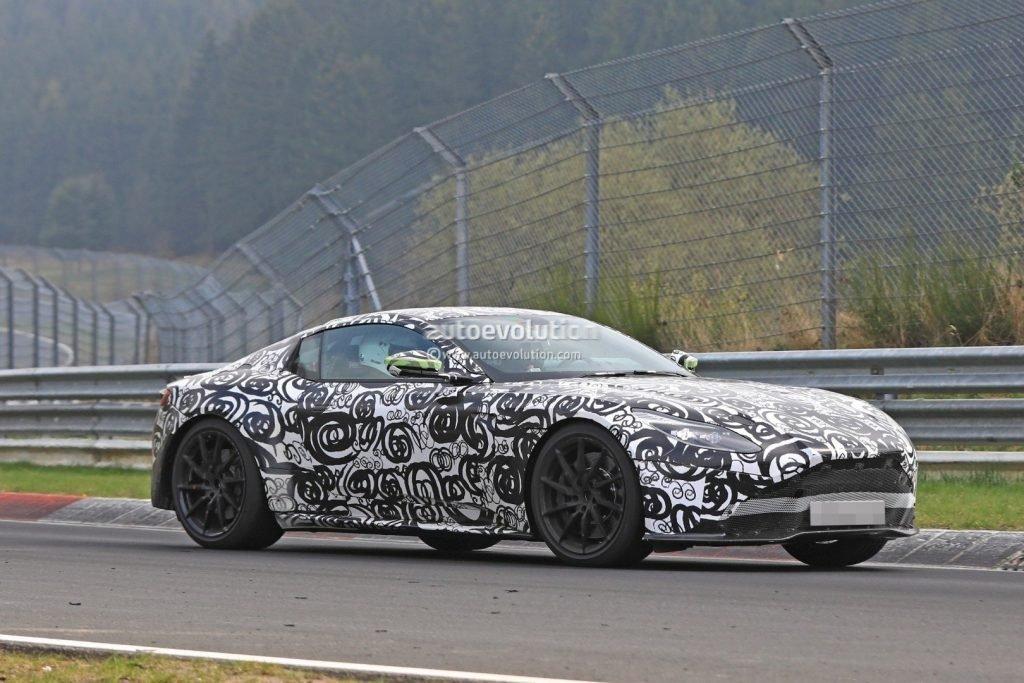 Aston Martin Vantage была частым гостем на гоночных треках, во время закрытых тестовых заездов.