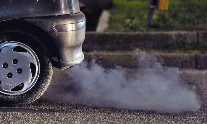 Появление черного дыма при запуске двигателя и во время движения свидетельствует о разных проблемах