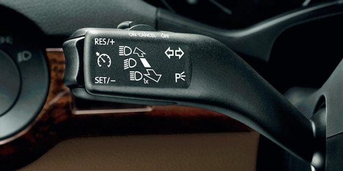 Ручка контроля управления системой круиз-контроля в автомобиле.
