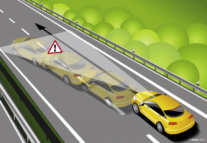 Система рассчитывает изменившуюся траекторию автомобиля и выдает звуковое уведомление.
