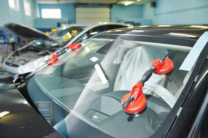 Устанавливают стекла, как правило, в мастерских при помощи спец. оборудования