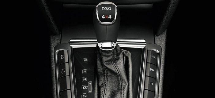 На фото ручка DSG коробки переключения передач в кроссовере Skoda Kodiaq.