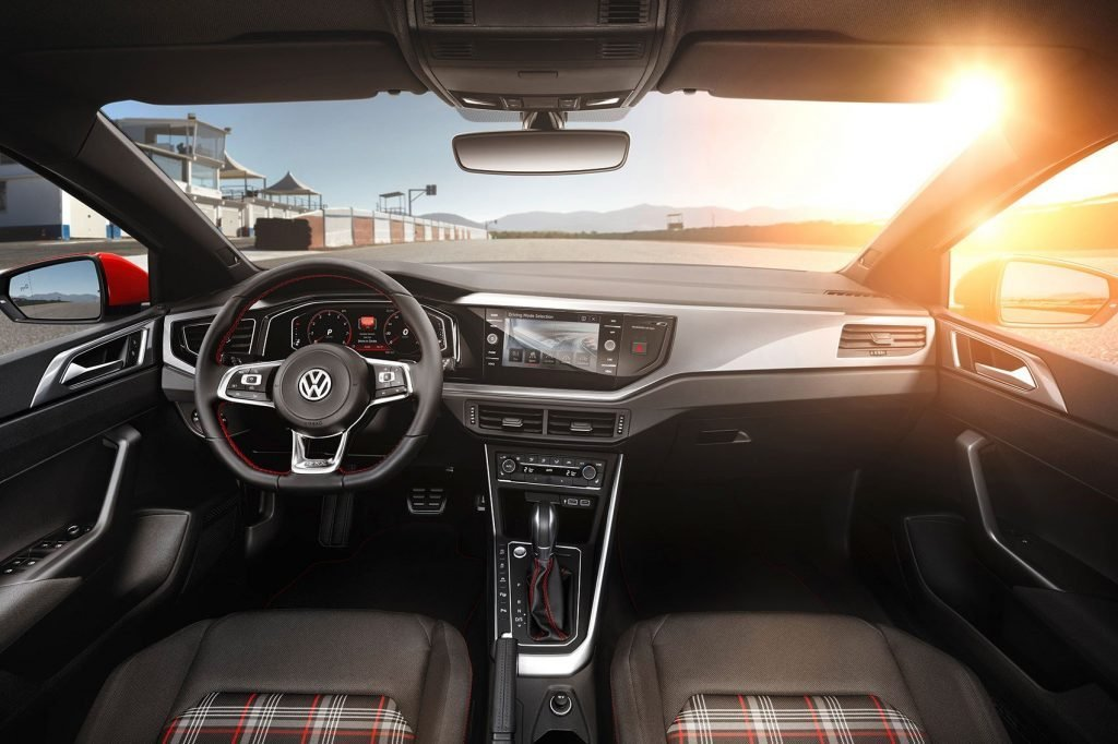 В салоне автомобиля увеличилось количество вставок из углепластика, чтобы значительнее уменьшить его массу.