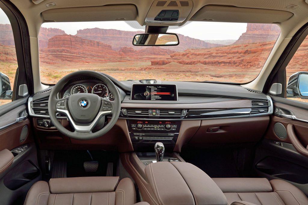 Об интерьере среднеразмерного кроссовера пока ничего неизвестно, однако ожидается схожий салон с недавно вышедшем обновлением для BMW X3.
