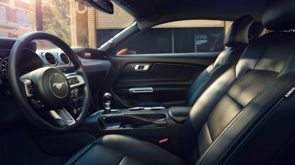 Отделкой салона нового Ford Mustang занялись отдельные специалисты, чье ателье было выбрано с помощью предварительного голосования на официальном сайте компании Форд. Вот такой интерактив предлагают автоделы из Ford Motor Company.