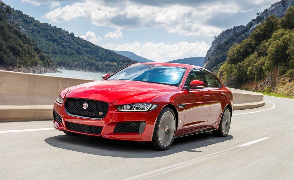 Более скромный седан Jaguar XE уже хорошо зарекомендовал себя на внутреннем рынке, и получит желаемое многими обновления уже в след. году.