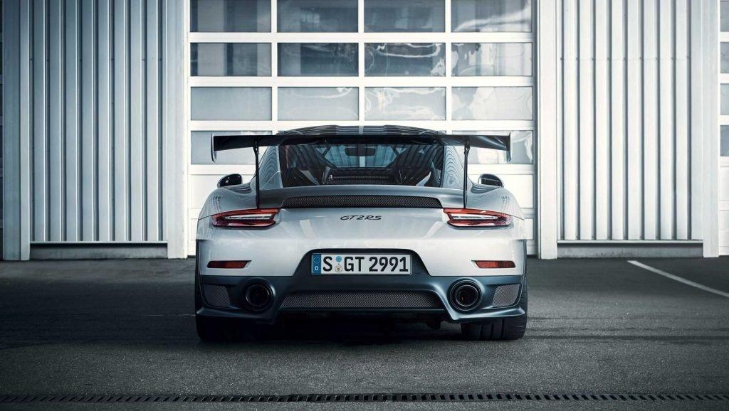 Внешность Porsche 911 GT2 RS по-прежнему узнаваема для большинства автолюбителей, а дизайн кузова остаётся неизменным уже несколько десятилетий.