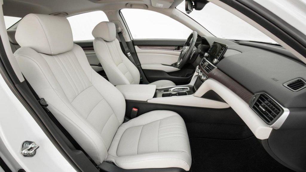 Новая Honda Accord может похвастаться лучшей эргономикой и просторностью салона, которая достигается гармоничным использованием личного пространства.