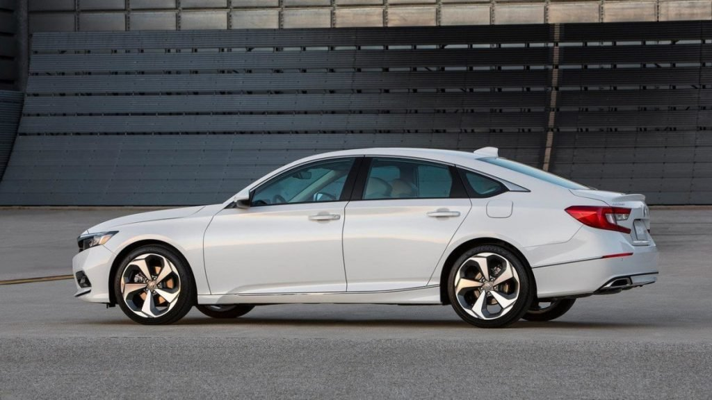 Автомобиль стал короче и ниже предшественника, что обусловлено выбором нового типа кузова (фастбек).
