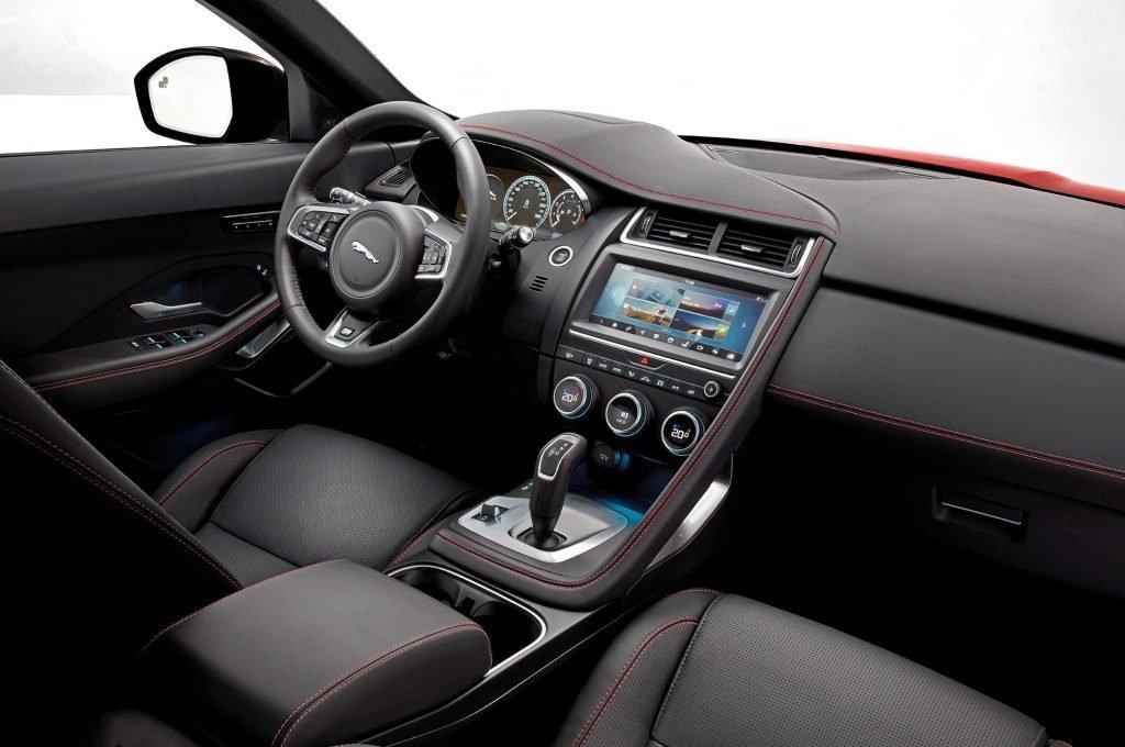 Дизайн и наполнение салона, и в особенности водительского блока выполнен с использованием стандартов достигнутых еще в начале этого года F-Type моделью.