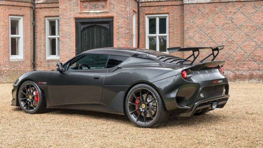 """В автомобиле установлены оригинальные шины Michelin (19-тидюймовые спереди, и """"двадцатки"""" сзади). Каждую ось оборудовали новыми тормозными суппортами от AP Racing."""