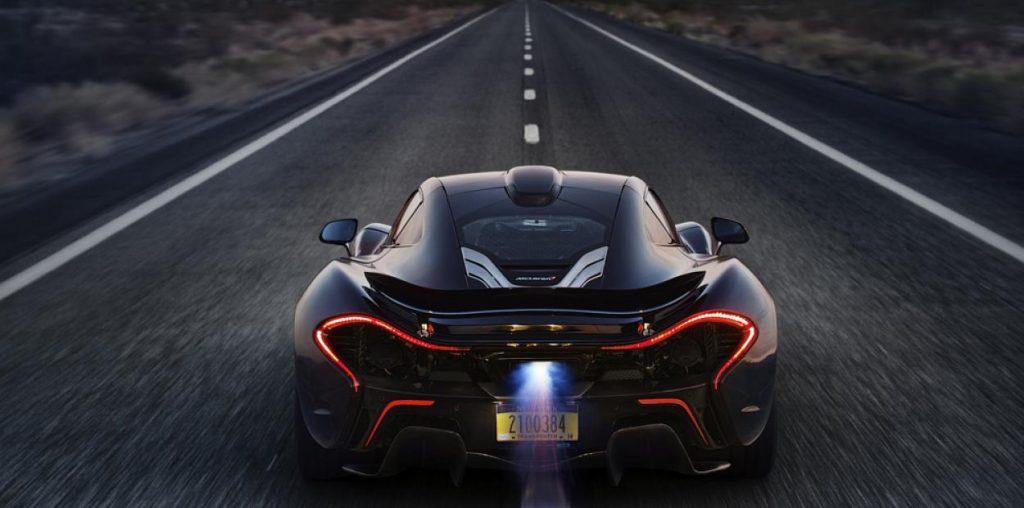 """Текущий флагман концерна - McLaren P1 был высоко оценен автомобильной индустрией и получил статут """"культового"""" за короткий период своего выпуска. Поставки гиперкара продлились чуть более 2 лет, за которые было выпущено чуть менее 400 экземпляров автомобилей."""
