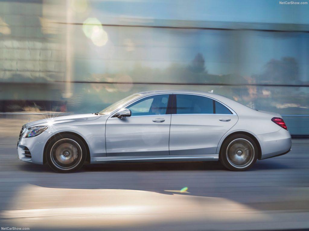 Габариты автомобиля остались прежними: длина 5246 мм, ширина 1899 мм, высота 1496 мм и колесная база авто составляет 3365 миллиметров.