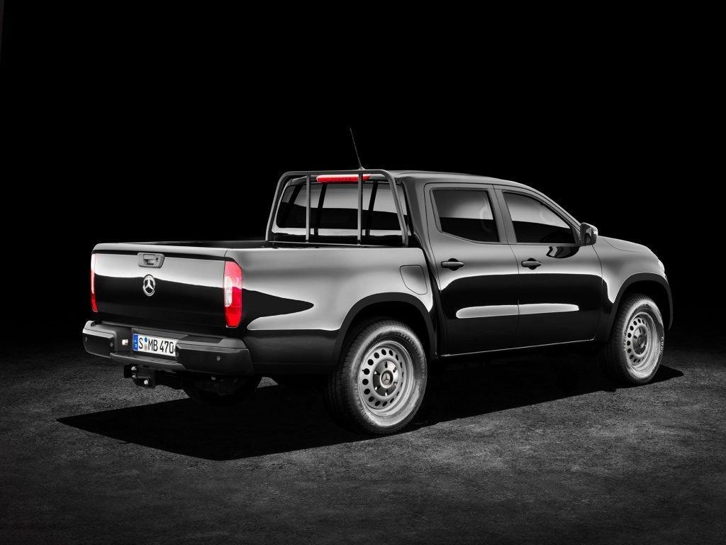 """На фото базовая вариация Mercedes-Benz X-class под название """"Pure"""". Вариант оснащен 17-дюймовыми стальными дисками, тканевой отделкой сидений и кондиционером, вместо климат-контроля."""