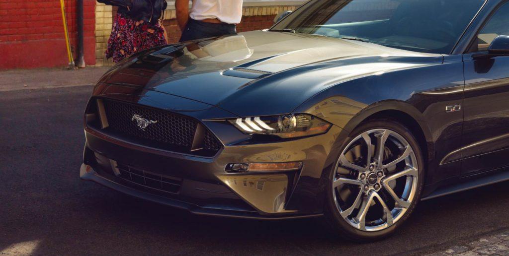 Новый бампер, новая радиаторная решетка, новые воздухозаборники на капоте, новые диски от Michelin - к дополнению к новому двигателю популярного в США пони-кара Ford Mustang 2018.