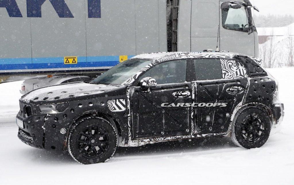 Зимой текущего года модель XC40 была неоднократно замечена на дорогах общего пользования, во время тестовых заездов. Помимо камуфляжной пленки, модель оснастили комплексным защитным блоком, чтобы максимально обезопасить себя от разоблачения.