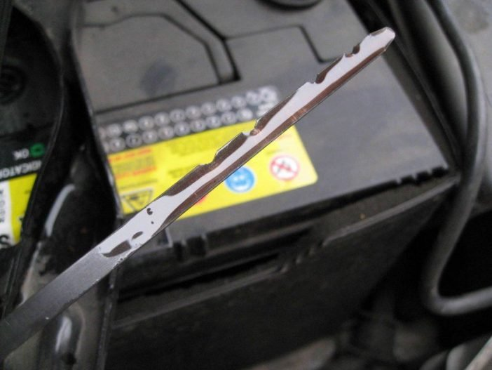 Остатки масла на щупе сигнализируют об изменяющимся количестве масла в камере двигателя.