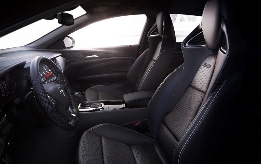 Архитектура салона (помимо вышеуказанных новых сидений) очень сильно напоминает оригинальную базу Opel Insignia, который в свою очередь много что позаимствовал у одноименной модели Opel Astra.