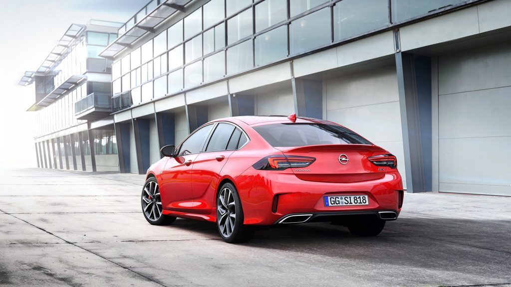 Оригинально выполненный кузов автомобиля не только смотрится эффектно и красиво, но и значительно повышает коэффициент сопротивления воздуху (здесь он один из лучших в классе — 0,26).