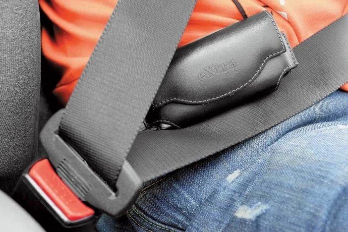 Фиксацию лямки к телу не должны нарушать возможные предметы, сумки, пакеты. Удерживать детей или питомцев на руках тоже чревато травмами как их, так и вашими.