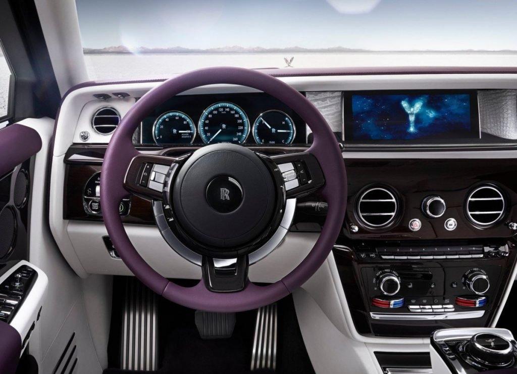 Салон Rolls-Royce Phantom освежили и сделали более современным. Вернулся трёхспицевый руль. Посередине автомобиля расположился 12,4-дюймовая цифровая панель с сенсорным типом ввода.