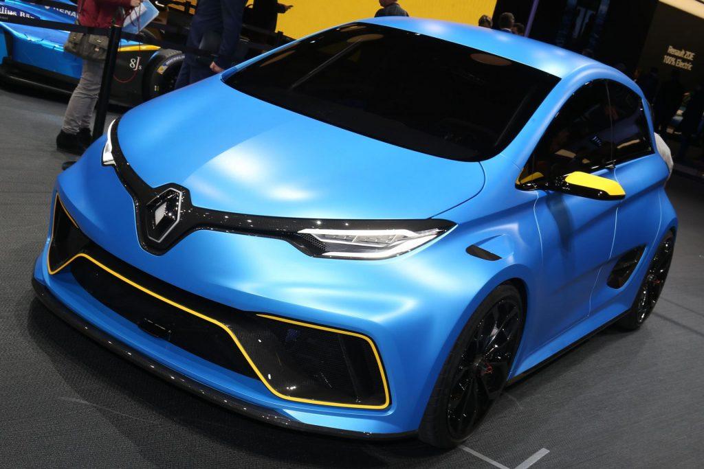 Renault Zoe Rs вначале была представлена как модель Renault Zoe Sport E. Чтобы не нагружать клиентом излишним количеством информации и сложным названием, нейминг решили сменить.