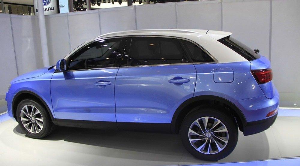 При взгляде со стороны на обновленный паркетник Zotye SR7 cходства с Q3 моделью от Volkswagen кажутся особенно заметными.