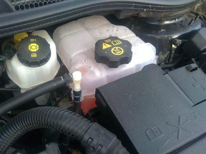 Емкость для хранения охлаждающей смеси трудно спутать даже не знакомому с конструкцией мотора человеку - наличие цветной жидкости в полупрозрачном баке сигнализирует о правильной емкости.
