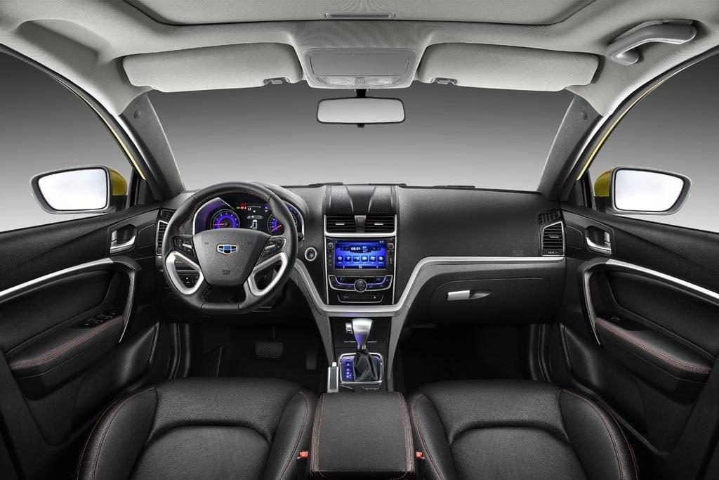 Особенного анализа требует салон нового автомобиля, так как конструкторы из Geely придали этому особенное значение. Технологии стали более современными (7-дюймовый дисплей по центру), тканевая отделка сидений улучшилась, сиденья имеют привычные механические регуляторы высоты и расположения.