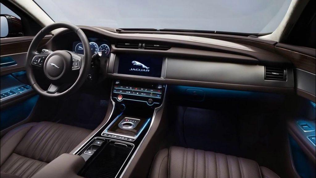 Комплектации Jaguar XJ получат обновленный салон с 9-тидюймовой панелью, а также новую кожаную отделку салона.