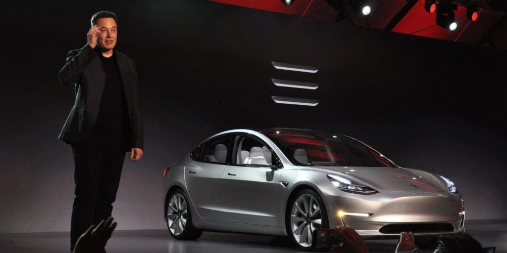 Сам Илон Маск, на презентации бюджетного автомобиля Tesla Model 3 на автосалоне во Франкфурте.