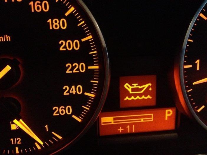 Низкий уровень масла в двигателе может сопровождаться звуковыми сигналами или визуальным значком на панели управления.