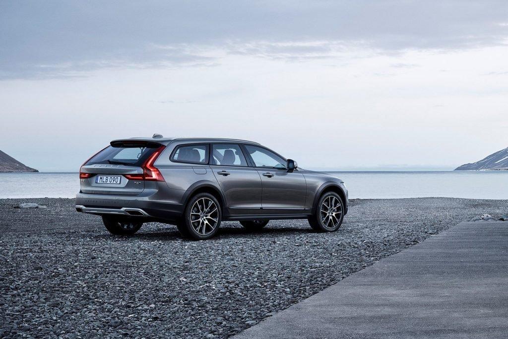 Модель Volvo XC90 Cross Country 2017-го года выпуска (изображена на фото), имела отличные показатели продаж в странах Западной и Восточной Европы. Несмотря на это, популярную модификацию предпочли не менять, и переключились на создание премиальной версии T8.