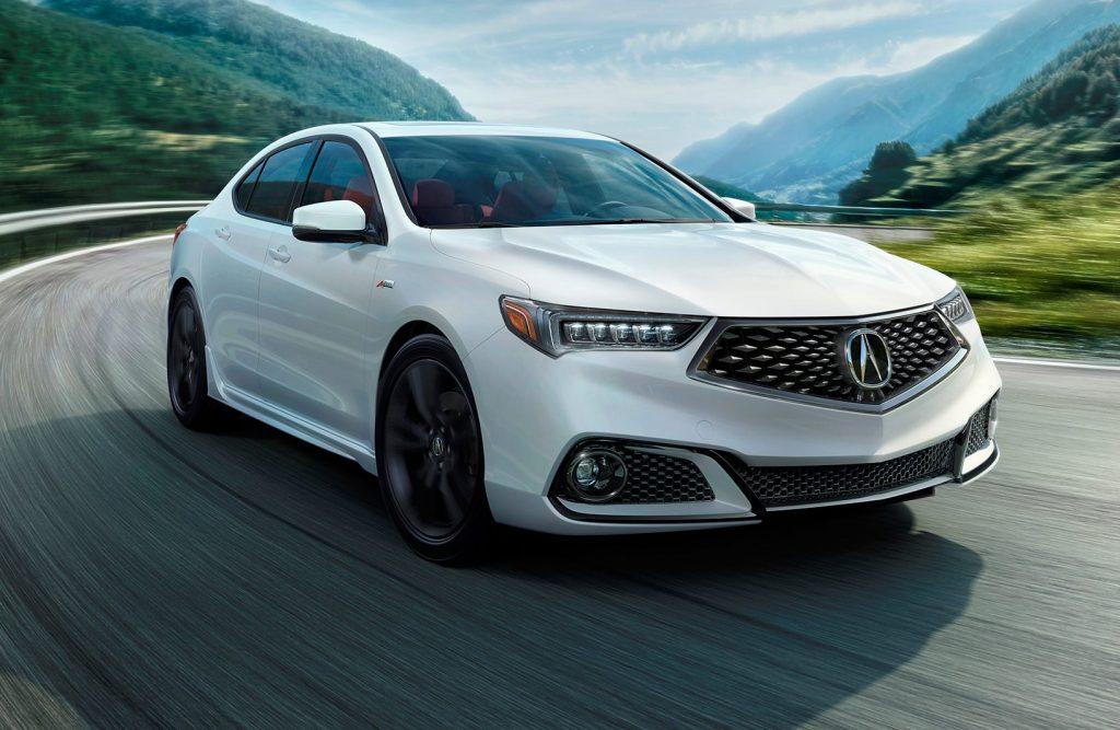 Ряд экстерьерных решений в оформлении седана Аcura TLX 2018 все также виден и в модели RLX. Особое значение в новой архитектуре уделяется оптике и радиаторной решетке.