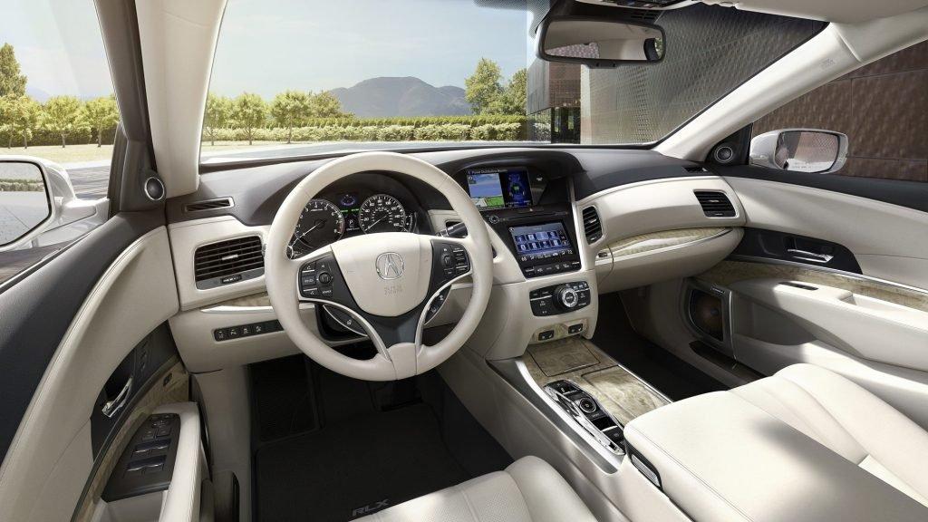 Интерьер автомобиля значительных изменений не получил. Из самого важного - появилась вариант более дорогой отделки, с интеграцией корпусов из перламутра и дерева.