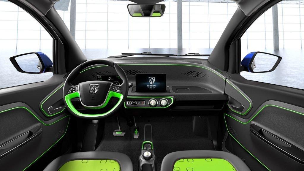 Автомобиль можно заказать в нескольких цветовых вариациях, которые распространяются как и на экстерьерные элементы, так и на вставки внутри автомобиля.