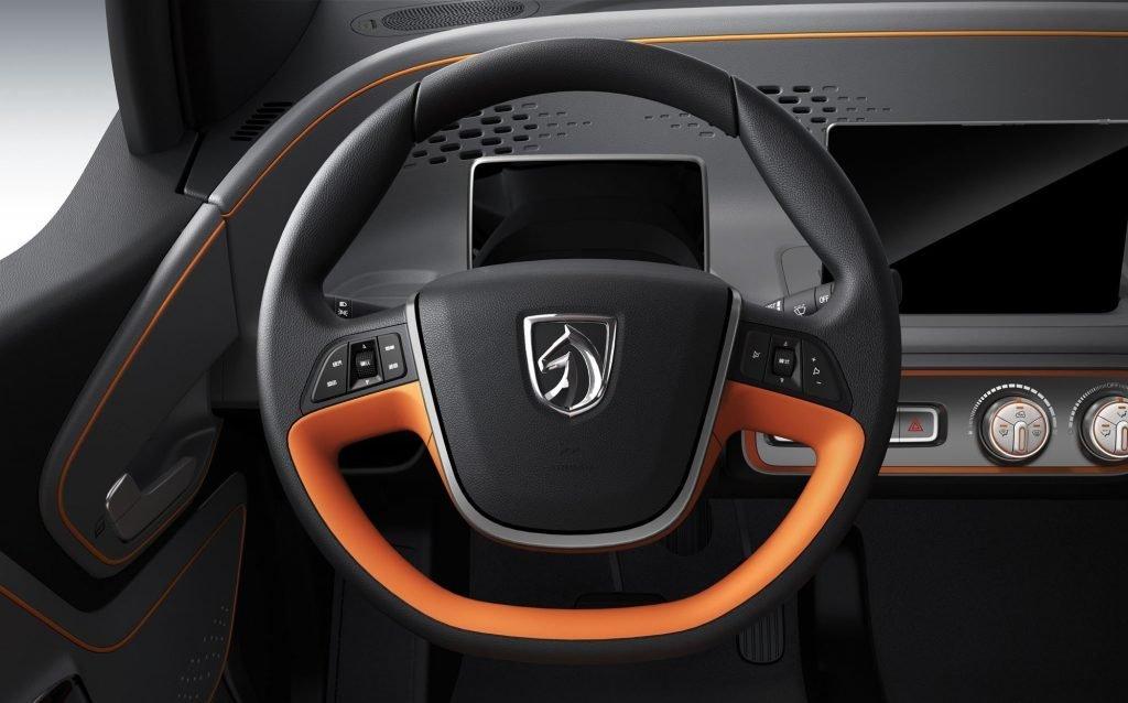 У китайского электромобиля имеется полноценная АБС с электронным распределением тормозных усилий, электроусилитель руля, электронные датчики парковки, крепление Isofix для детского сиденья и некая система оповещения пешеходов.
