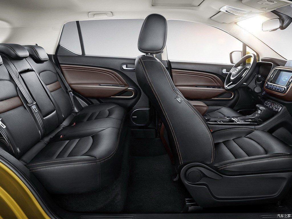 """Несмотря на позиционирования автомобиля как """"компактный паркетник"""", согласно отчетов китайской прессы внутри салона просторно и достаточно эргономично. Отделка сидений опциально может быть выполнена из качественного кожзама, сами сиденья с подогревом (только передние)."""